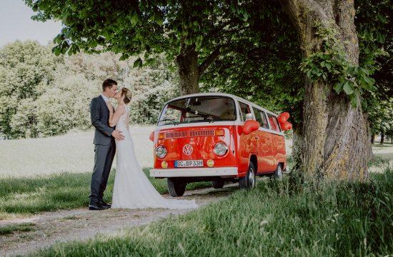 Hochzeit: Brautpaar mit VW Bulli