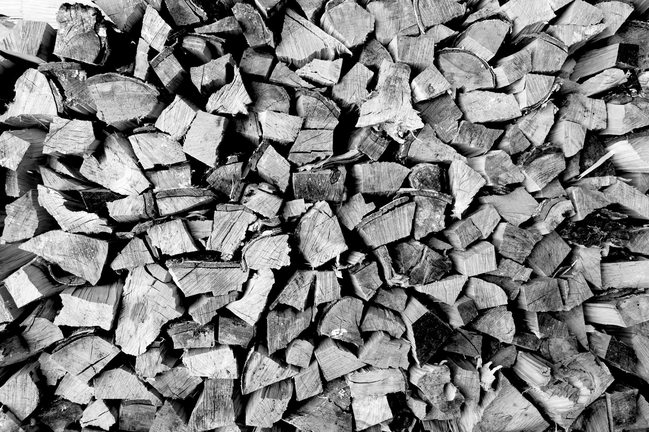 Schwarzweiss Bild von gestapeltem Holz